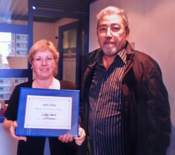 Maria Teresa recogiendo el Diploma